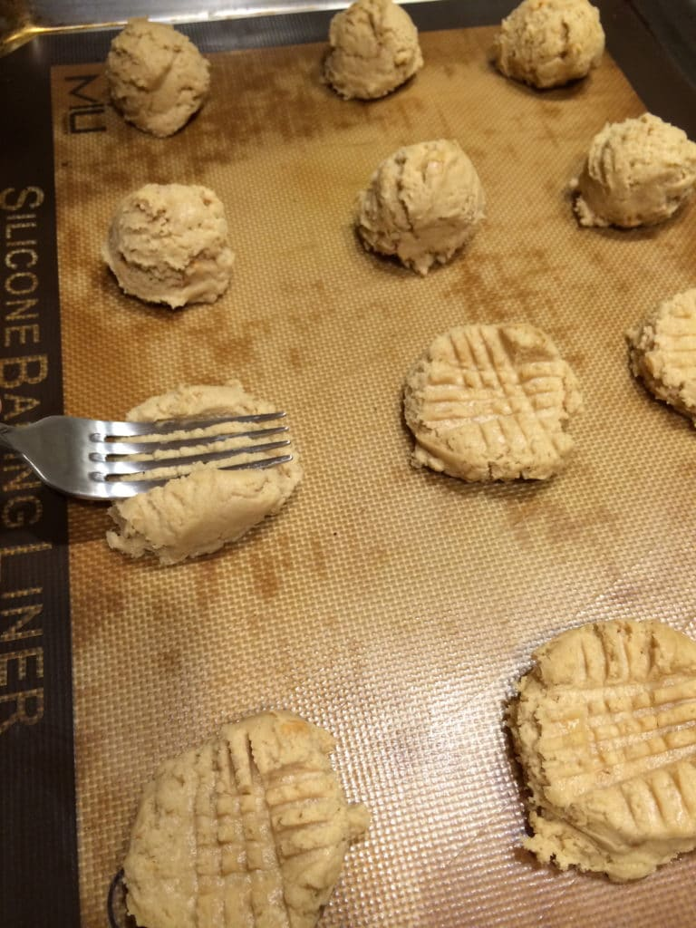 fork press peanut cookie