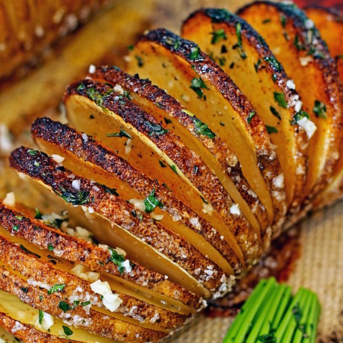 The seasoned Hasselback potato turns out crispy on the outside and tender on the inside. Almost like thick potato chips, but better! Perfect dinner side. keviniscooking.com