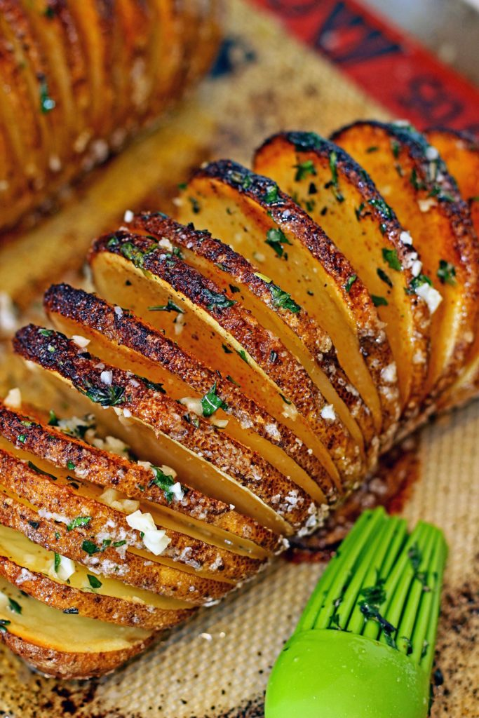 This seasoned Hasselback potato turns out crispy on the outside and tender on the inside everytime! Great kitchen hack, almost like thick potato chips. www/keviniscooking.com