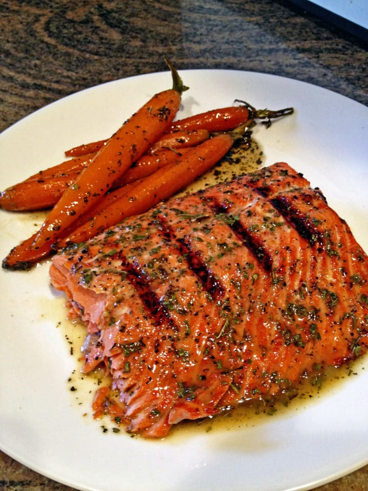 Grilled Salmon With Mustard and Herbs foto