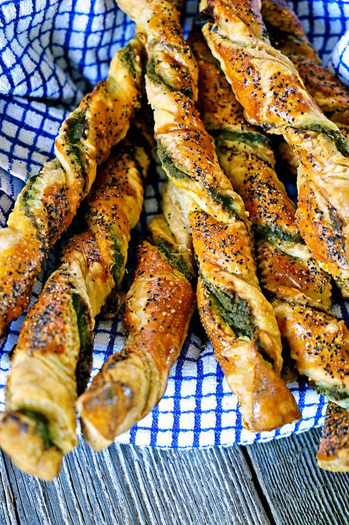 Pesto Black Pepper Pancetta Breadsticks - www.keviniscooking.com