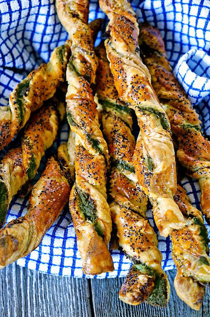 Pesto Black Pepper Pancetta Breadsticks - www.keviniscooking.com