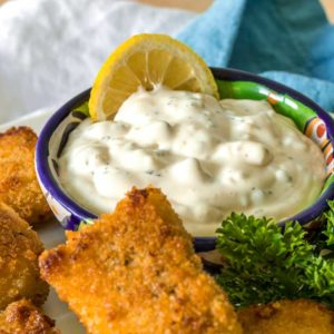 tartar sauce in bowl with lemon slice