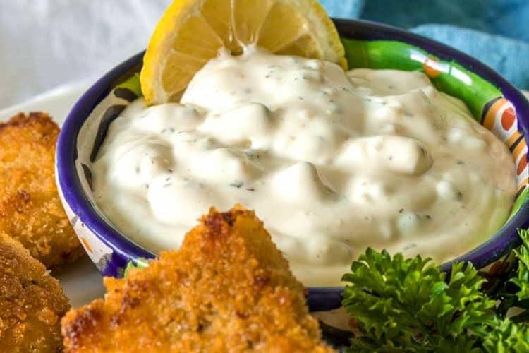 tartar sauce in bowl with lemon slice